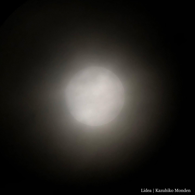 The moon behind the cloud. 久し振りに寝床の望遠鏡をセットしたが、曇っててよく見えない。残念。